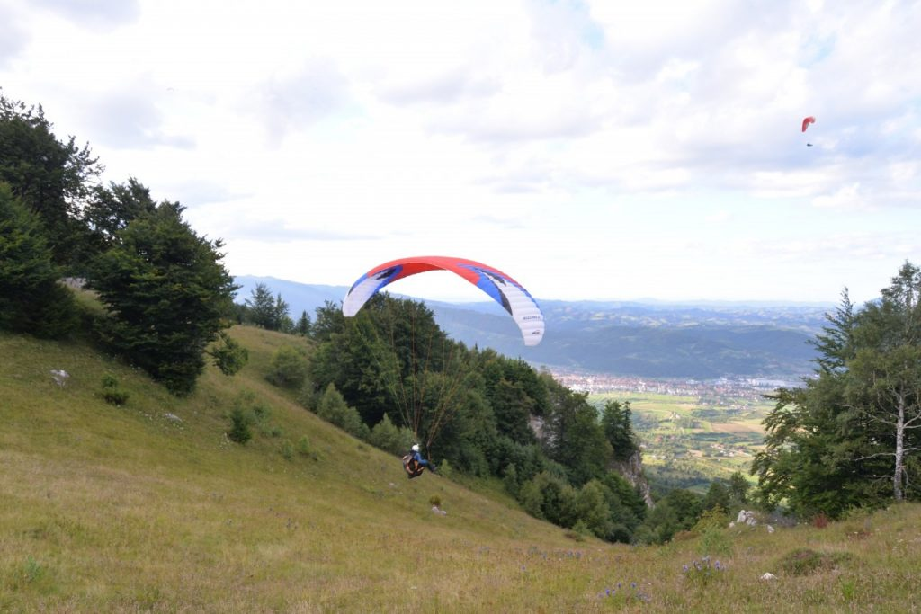Paragliding in Brasov - Launching the wing