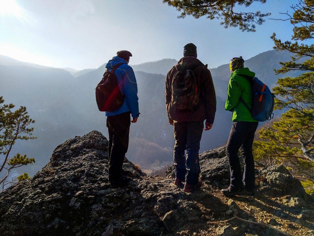 Trois touristes surplombant la vallée lors d'une visite de suivi de la faune